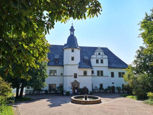 Renaissanceschloss von 1539, 1824 von Großherzog Carl August von Sachsen-Weimar-Eisenach erworben. Hier wohnte Johann Wolfgang von Goethe vom 7. Juli bis 11. September 1828 und verfasste seine Dornburger Gedichte.