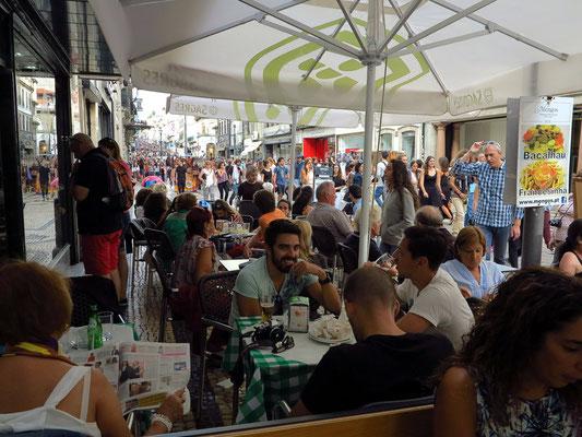 Samstagnachmittag auf der Rua de Santa Catarina