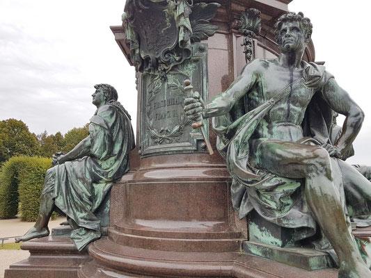 """Reiterdenkmal Friedrich Franz II., Sockelfiguren stellen die vier Herrschertugenden dar: """"Stärke"""" (Wehrkraft), """"Gerechtigkeit"""" (Gesetz), """"Weisheit"""" und """"Glaube"""""""