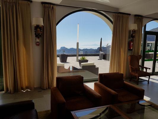 Im Parador Cruz de Tejeda, Blick zur Terrasse und zum Pico del Teide auf Teneriffa