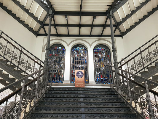 Gusseiserne Treppe und drei Bleiglasfenster von Ferdinand Selgrad in der unter Denkmalschutz stehenden Bergwerksdirektion als Ehrenmal für die Opfer des Grubenunglücks von Luisenthal