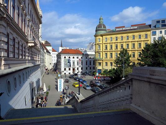 Blick vom Eingang des Kunstmuseums Albertina auf die Augustinerstraße