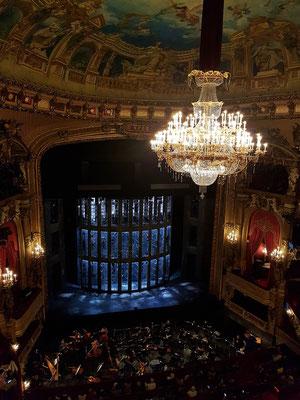 Blick vom Rang auf die Bühne mit dem Bühnenbild zu Lohengrin (Premiere am 19.4.2018)