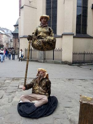 """""""Straßenkünstler"""" mit einer erstaunlichen physikalisch-technischen Vorführung"""