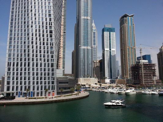 Dubai Marina, links der Cayan-Tower