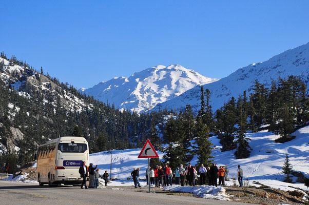 Pause der Busreise im schneebedeckten Taurusgebirge