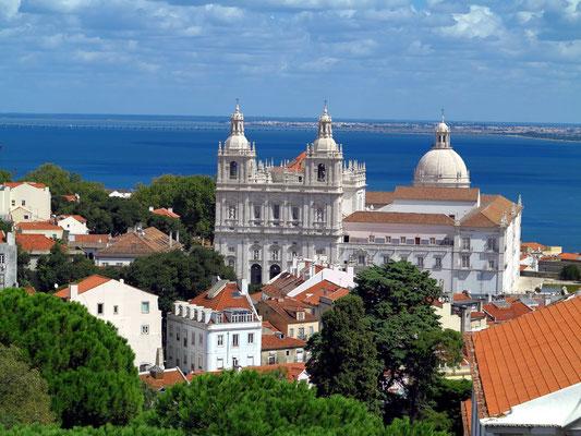 Castelo de São Jorge, Blick zur Igreja de São Vicente de Fora, dahinter die Kuppel des Pantheons