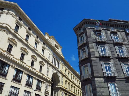 Blick von der Via San Carlo auf die Außenseite der Galleria Umberto I (links)