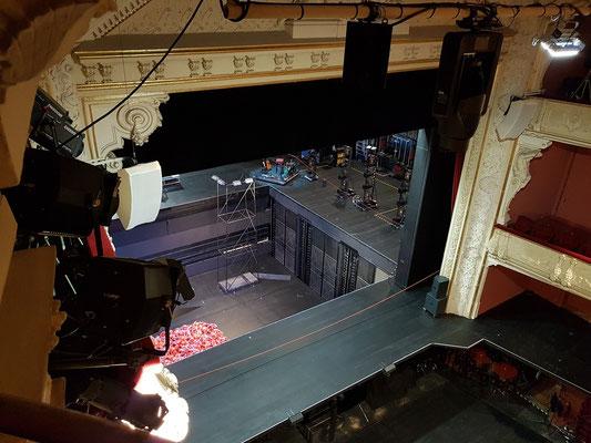 Blick von meinem Sitzplatz (Reihe 1, Platz 45, 3. Rang Seite links) auf die Bühne (mit eingeschränkter Sicht). Szene mit abgesenkter Vorbühne (Orchestergraben) und abgesenkter Hauptbühne - Hinweis auf den Braunkohlentagebau