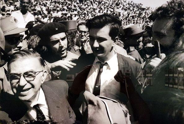 """Jean-Paul Sartre, Che Guevara, Armando Hart und Fidel Castro. Einweihung des Campus """"Oscar Lucero"""", Holguín, Oriente, 24. 2. 1964"""