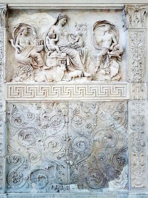 Tellus, ein allegorisches Relief hellenistischer Kunstauffassung. Saturnia Tellus (Italien) ist zwischen den Personifikationen der Luft und des Wassers dargestellt, Symbol des Wohlstandes (v. Matt/Barelli)
