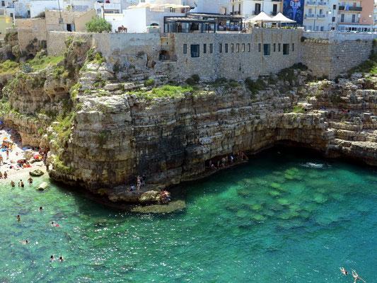 Polignano a Mare. Blick von der Terrazza Santo Stefano auf die Grotta Piana
