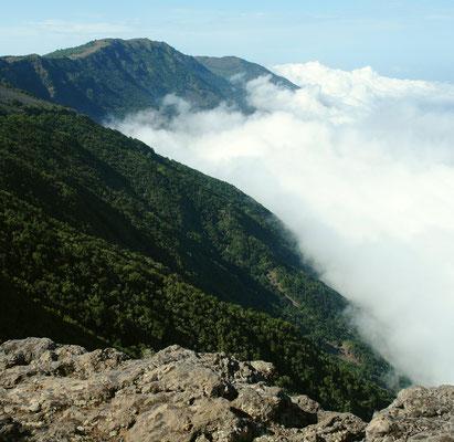 Blick vom Mirador del Golfo nach W zum Malpaso (1 500 m) oberhalb der Passatwolke