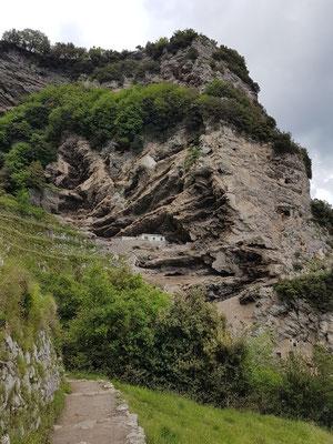 Felsen kurz nach Beginn der Wanderung von Bomerano in Richtung Nocelle