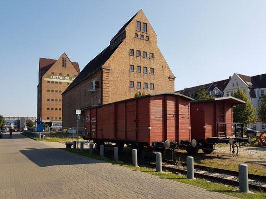 Alte Güterwaggons am Lokschuppen und Alter Speicher (Getreide AG) im Stadthafen (im Hintergrund)