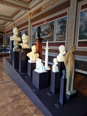 Der Nietzsche-Kult, Statuen von Friedrich Nietzsche vor Wandbildern von Friedrich Preller dem Älteren