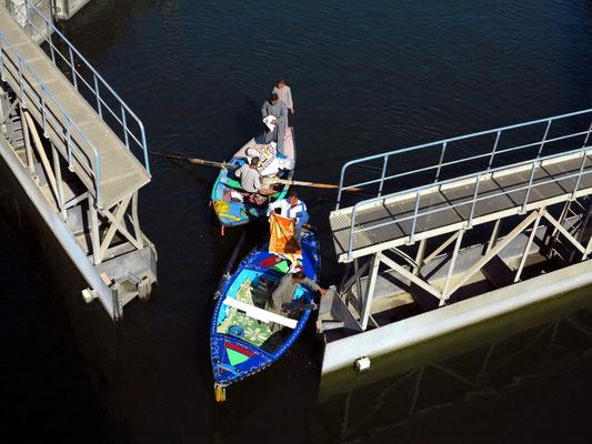 Öffnen des Schleusentores und Ausfahrt von Händlern auf ihren Booten