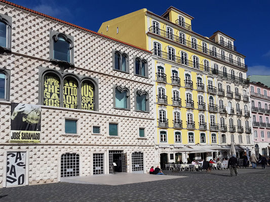 Rua da Alfãndega mit der Casa do Bicos, in dem sich die Saramagos-Stiftung befindet