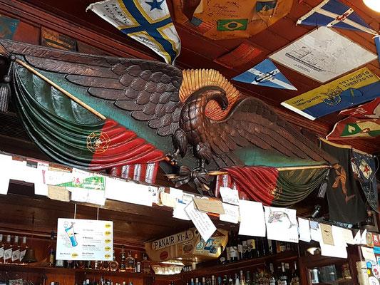 Peter Café Sport. Das amerikanische Adler-Symbol und die Einrichtung aus Holz bestehen seit 1918.