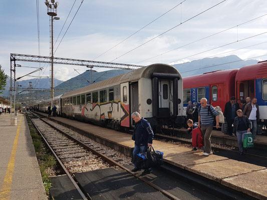 Bahnsteige des Bahnhofs Bar. Hier beginnt oder endet die abenteuerliche Eisenbahnfahrt durch das Dinarische Gebirge.