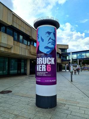 Kurt-Masur-Platz mit Litfaßsäule für das Bruckner-Matineekonzert