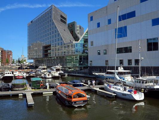 Design-Hotel Room Mate Aitana, Rückseite (links) und Paleis van Justitie (rechts)