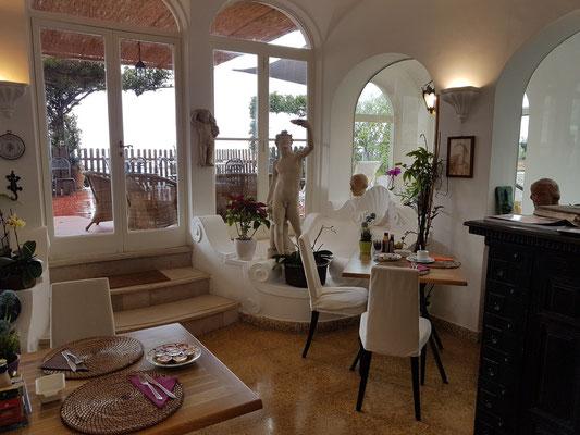Mein Frühstückstisch (rechts) im Hotel La Reginella
