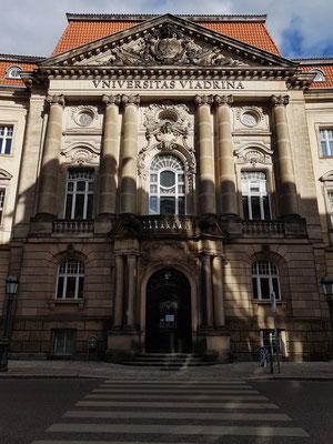 Europa-Universität Viadrina, Portal des Hauptgebäudes. Von 1506 bis 1811 erste brandenburgische Landesuniversität, mit bekannten Studiosi, darunter Wilhelm und Alexander von Humboldt