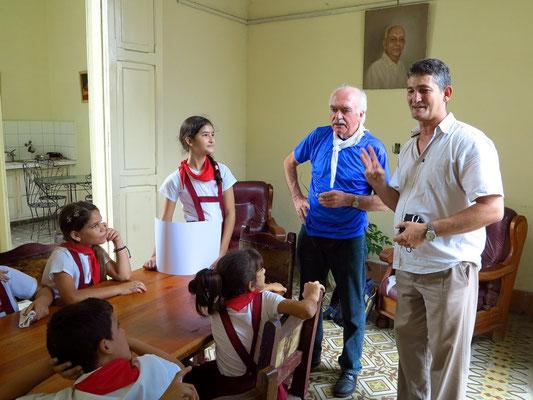 Unser Reiseleiter Silvio ist der Vater einer Schülerin. Er stellt uns Deutsche vor und erklärt den Ablauf des Besuchsprogramms.