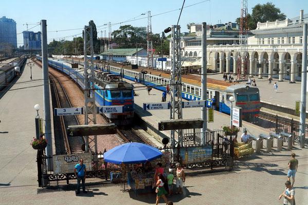 Blick aus dem Bahnhofsgebäude auf die offenen Bahnsteige