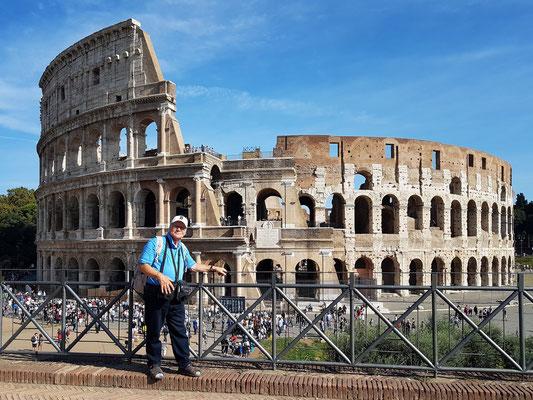 Blick vom Tempel der Venus und der Roma auf das Kolosseum