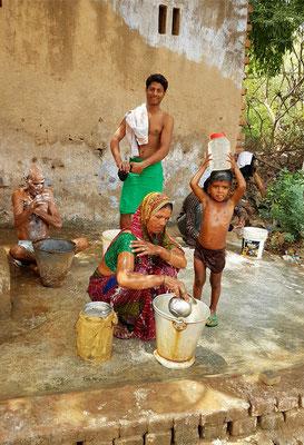 Körperpflege in einem Dorf der Ziegelarbeiter