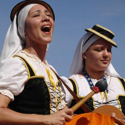 Sonntagsmarkt in Teguise mit Folkloregruppe