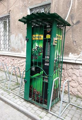 Schwer vergitterter Jacobs-Kaffee-Automat.