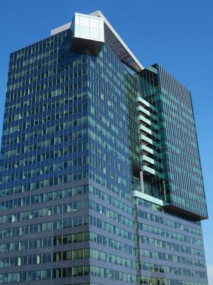 Saturn-Tower, Leonard-Bernstein-Straße, 2003 bis 2004 nach Plänen von Heinz Neumann und Hans Hollein im Stadtteil Donau City errichtet