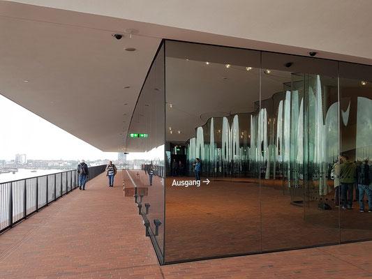 Teil der Plaza ist ein Außenrundgang um das Gebäude. Von hier bietet sich eine Aussicht über die Norderelbe, den Hafen und die Innenstadt Hamburgs.