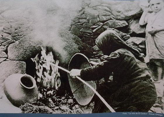 Altes Foto von El Cercado: Brennen von Tonwaren im offenen Feuer