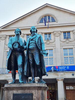 Goethe- und Schillerdenkmal vor dem Nationaltheater Weimar