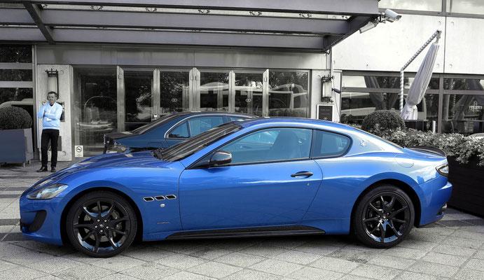Sportwagen Maserati vor dem Hotel Sofitel