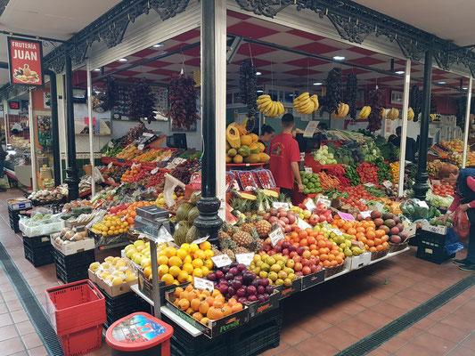 """Auf dem """"Mercado Nuestra Señora de África"""", dem wichtigsten Markt in Teneriffas Hauptstadt, erwartet die Einwohner und Besucher von Santa Cruz ein immer wieder vielseitiges und hochwertiges Angebot."""