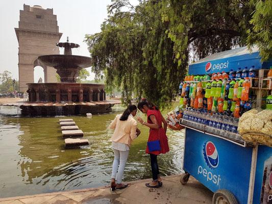 Am India Gate. Bei über 40 Grad ist Wasser trinken lebensnotwendig.