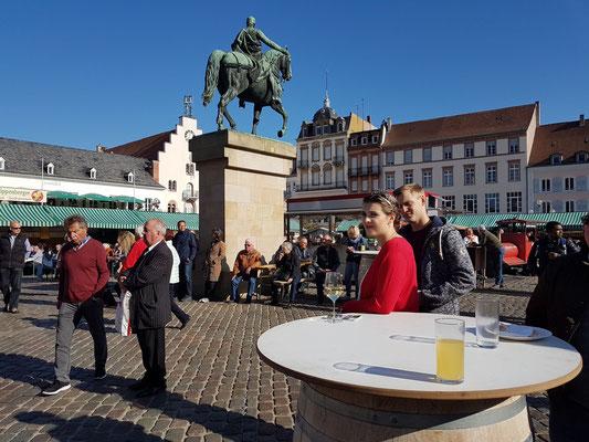 Lilli Joachim, pfälzische Weinprinzessin 2018, auf dem Rathausplatz in Landau