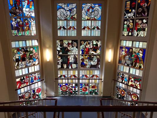 Blick auf die Glasfenster vom oberen Stockwerk des Dokumentationszentrums (Künstler: Walter Womacka)