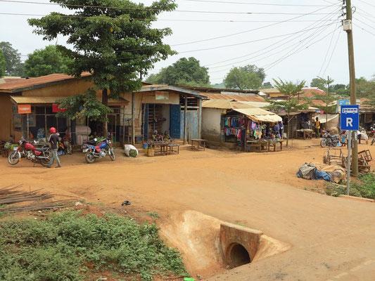 Dorf und Straßenmarkt an der Straße nach Bagamoyo