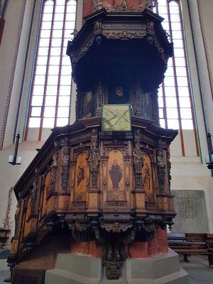 St. Marien. Wertvollstes Inventarstück ist die Kanzel von 1587, die von dem Rostocker Kunsttischler Mekelenborg angefertigt wurde.