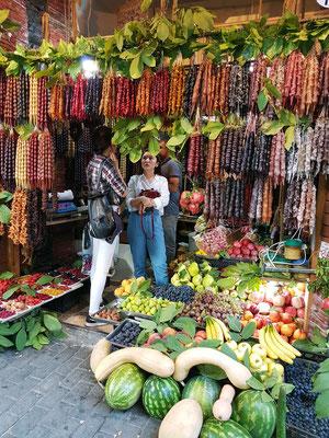 Obst- und Gemüsegeschäft in der Altstadt. Georgische Spezialität ist Tschurtschchela, das als Dessert gegessen wird. Dabei handelt es sich um Walnüsse oder Haselnüsse, die in der klassischen Form mit einer Traubensaft-Kuvertüre überzogen sind.