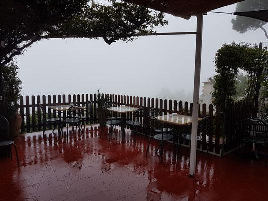 Frühstücksterrasse des Hotels La Reginella, wenige Minuten später im Nebel