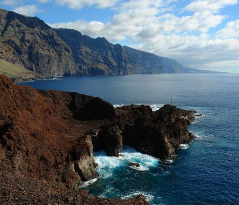 Punta de Teno. Blick nach S auf die Steilwand von Los Gigantes