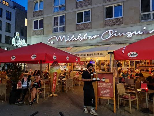 Restaurant Milchbar Pinguin, Café mit Eiscreme, leichten Gerichten und Frühstücksbuffet