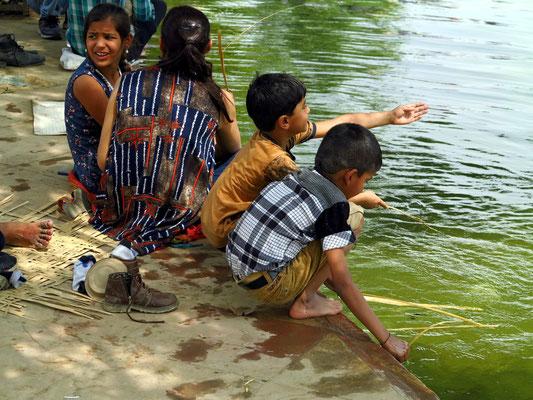 Am India Gate. Spielende Kinder am Wasser